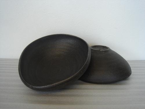 83 黒たわみ鉢